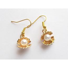 Cercei scoica aurie cu perla acrilica, GlamBazaar, 3 cm x 13 mm, cu Perle, Alb, tip cercei handmade cu tortite inox si pietre naturale