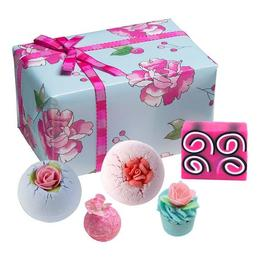 Set cadou What in Carnation, Bomb Cosmetics, bile de baie si sapun solid, 500 g de la esteto.ro