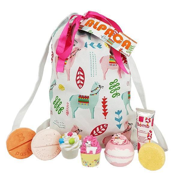 Set cadou Alpaca My Bag, bila baie 160 g,2 x sare baie - 2 x 50 g, crema maini, 25 ml, 2 x mix dus - 2 x 95 g, sampon 50 g, cu geanta bumbac Bomb Cosmetics