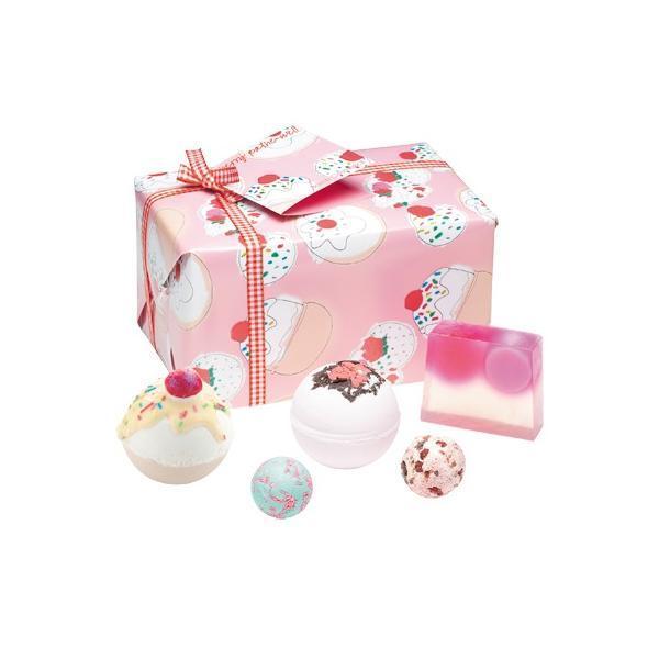 Set cadou Cherry Bathe-well Bomb Cosmetics (bila baie 160g x 2 buc, sapun solid 100g, sare baie 30g x 2 buc)