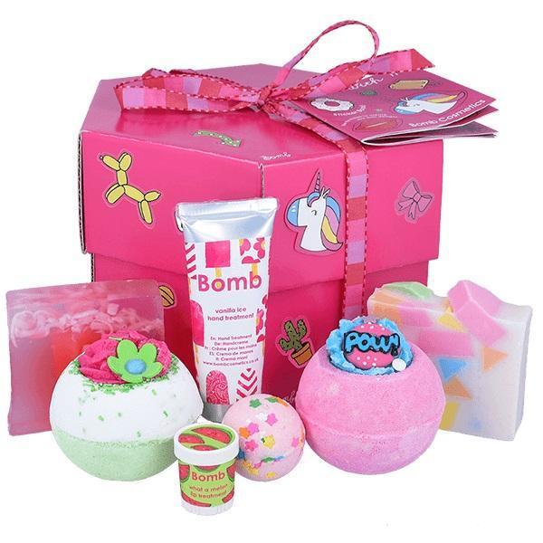 Set cadou Stick With Me Box Bomb Cosmetics ( bila baie 160g x 2 buc, sapun solid 100g x 2 buc, crema de maini, baslam de buze) esteto.ro