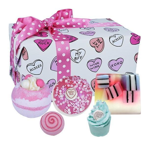 Set cadou Sweet Illusion Bomb Cosmetics (bila baie 160g x 2 buc, sare baie 30g, sare baie 50g, sapun solid 100g)
