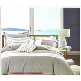 Lenjerie pentru pat matrimonial Casa New Fashion, din bumbac dublu satinat, gri randunica cu dungi elegante albe si dungi fine bleumarin, alb si rosu de coacaze, 4 piese